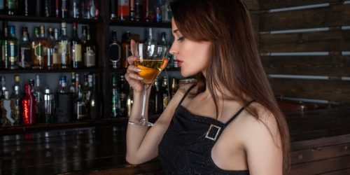 10 Best Drinks To Order at a Bar for a Woman